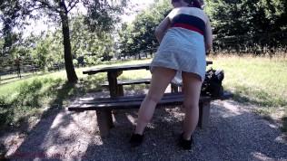 La mia zoccola fa l'esibizionista nel bosco [DIALOGHI ITALIANI]
